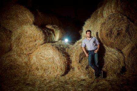 Photo pour Beau jeune homme caucasien dans la grange à foin - image libre de droit