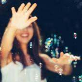 Dívka chytat bubliny