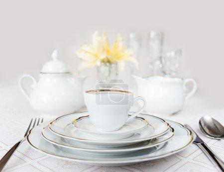 Photo pour Magnifiquement décoré de table avec des plaques blanches, verres en cristal, serviette lin, coutellerie et lily fleurs sur nappes luxueux - image libre de droit