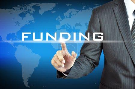 Photo pour La main de l'homme d'affaires touchant mot de FINANCEMENT sur l'écran virtuel - image libre de droit