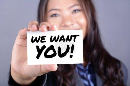 Photo pour Nous voulons que vous ! message sur la carte indiquée par une femme d'affaires - image libre de droit