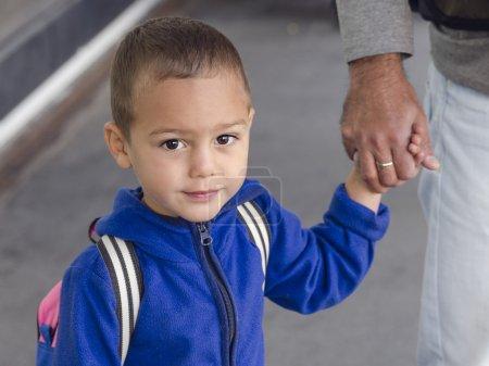 Photo pour Portrait d'enfant en bas âge, garçon ou fille, tenant une main de père . - image libre de droit