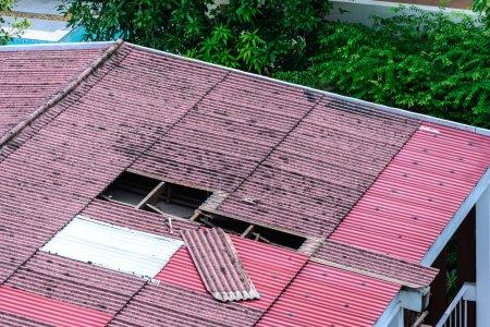 Photo pour Endommagé le vieux toit de tuiles, nécessité de remplacement. - image libre de droit
