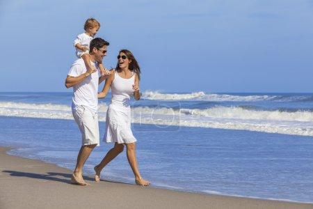 Photo pour Happy Man et femme garçon enfant couple famille en vêtements blancs marche jouer sur une plage tropicale déserte vide avec un ciel bleu clair lumineux - image libre de droit