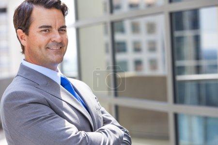 Foto de Próspero hombre de negocios o business hombre de brazos cruzados en un juego en una ciudad moderna - Imagen libre de derechos
