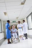 Starší pacientka v vozíku  sestra v nemocnici