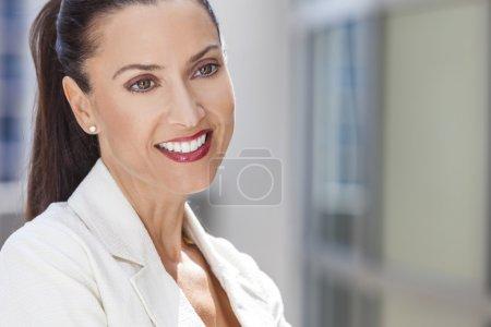 Photo pour Portrait extérieur d'une belle jeune femme brune ou d'une femme d'affaires dans la trentaine avec des dents parfaites - image libre de droit