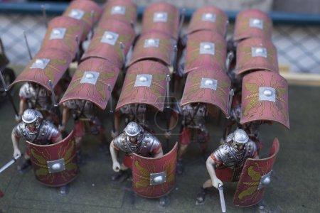 Photo pour Miniatures de l'empire romain ' soldats en formation de tortue - image libre de droit