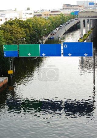 Photo pour Route avec la rivière survolée . - image libre de droit