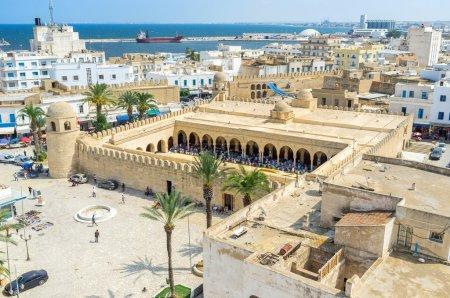 Photo pour La vue aérienne de la Place des Martires avec les nombreux musulmans de la Grande Mosquée pendant la prière mahométane, Sousse, Tunisie - image libre de droit