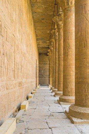 Photo pour Les murs de pierre et de nombreuses colonnes dans le temple d'Horus décorés par les anciens reliefs avec des dieux égyptiens et des hiéroglyphes, Edfu, Egypte. - image libre de droit