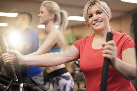 Photo pour Groupe de personnes travaillant dans une salle de gym. Journée parfaite pour un peu d'exercice - image libre de droit