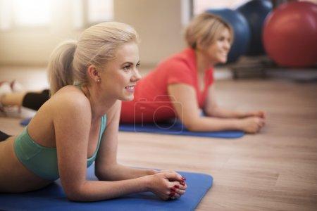 Photo pour Femmes qui travaillent à la salle de gym. Remise en forme est créée pour les femmes - image libre de droit