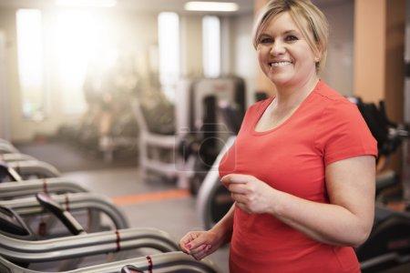 Photo pour Femme mûre à la salle de gym. Le bonheur est la meilleure motivation - image libre de droit