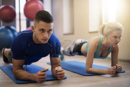 Photo pour Couple, faire de l'exercice sur tapis - image libre de droit
