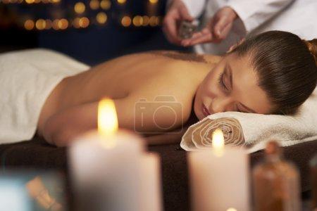 Photo pour Femme couchée pendant une cure thermale. Maintenant elle peut se détendre et profiter de son temps - image libre de droit