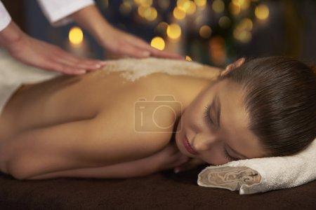 Photo pour Femme couchée pendant une cure thermale. Traitement de massage et gommage dos - image libre de droit