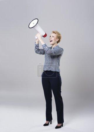 Photo pour Femme d'affaires joyeuse criant très fort - image libre de droit