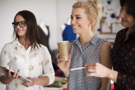 Foto de Diseñadores de moda durante el trabajo. Es un buen día en el trabajo. - Imagen libre de derechos