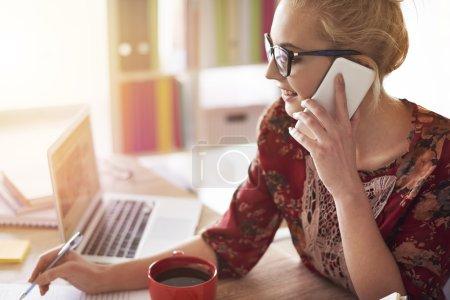 Photo pour Femme parlant sur téléphone mobile. La carrière est un élément important de la vie - image libre de droit
