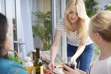 Photo pour Amis passer du bon temps avec du café et du vin sur le balcon - image libre de droit