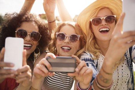 Photo pour Femmes qui prennent la photo de chanteur préféré au concert. - image libre de droit