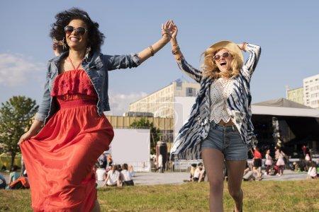 Photo pour Les femmes courent pour rencontrer des amis - image libre de droit