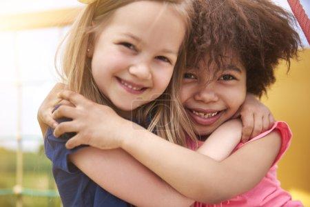 Photo pour Filles heureuses embrassant avec le sourire. Nous nous aimons tellement. - image libre de droit