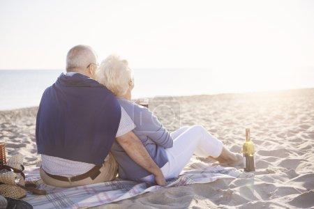 Seniorenpaar entspannt am Strand