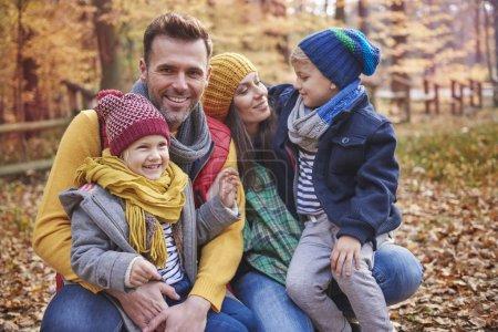 Photo pour Ludique en famille dans la forêt - image libre de droit