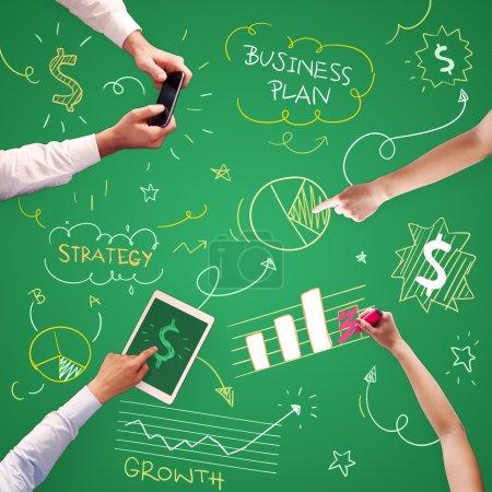 Photo pour Des mains humaines sur la table avec de bonnes idées pour les entreprises - image libre de droit