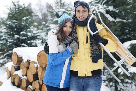 Photo pour Couple aimant passer du bon temps ensemble en hiver - image libre de droit