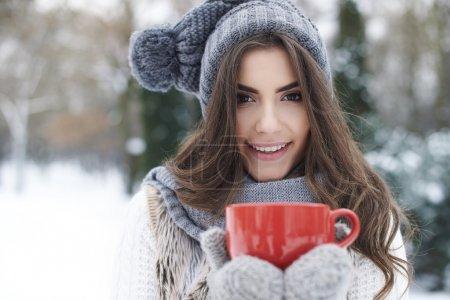 Photo pour Femme hiver avec tasse de thé chaud à l'extérieur - image libre de droit
