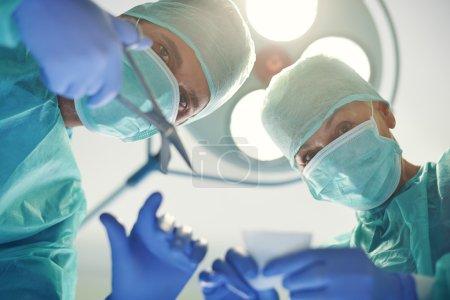 Foto de Médicos experimentados durante la operación - Imagen libre de derechos