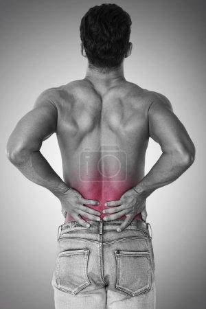 Foto de El hombre sufre de dolor enorme de espalda en concepto de medicina - Imagen libre de derechos