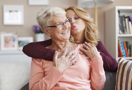 Photo pour Femme avec grand-mère. J'aime tellement ma grand-mère. - image libre de droit
