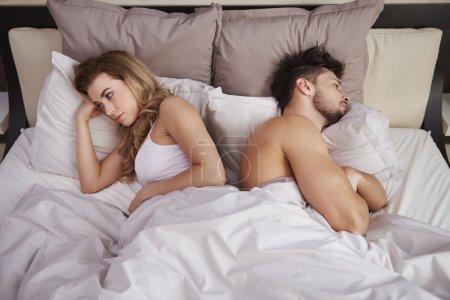 Photo pour Jeune couple amoureux couché ensemble dans le lit dans les motning - image libre de droit