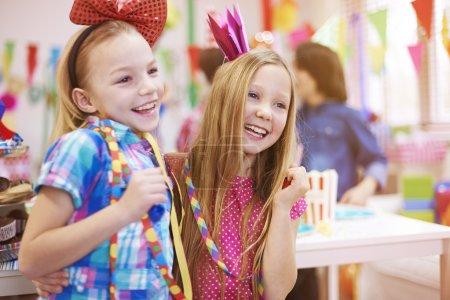 Foto de Dos niñas que celebran juntas en la fiesta de cumpleaños - Imagen libre de derechos