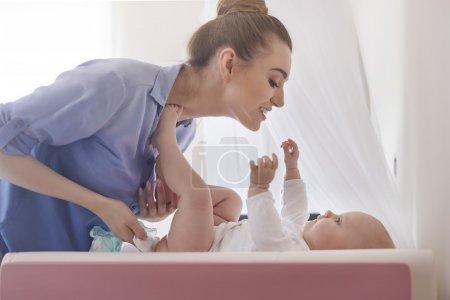 Photo pour Jeune Mère passe du temps avec sa petite fille à la maison - image libre de droit