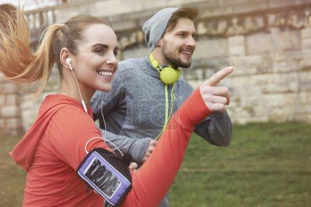 Photo pour Couple fitness jogging ensemble à l'extérieur le matin - image libre de droit