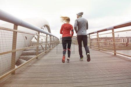 Photo pour Couples de forme physique faisant courir ensemble à l'extérieur le matin - image libre de droit