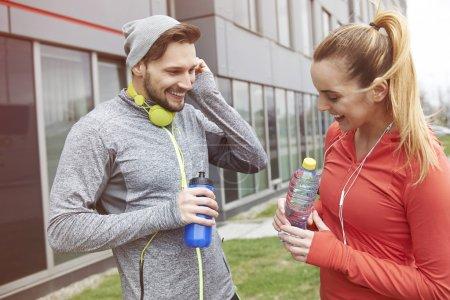 Foto de Fitness pareja entrenando juntos al aire libre en la mañana - Imagen libre de derechos