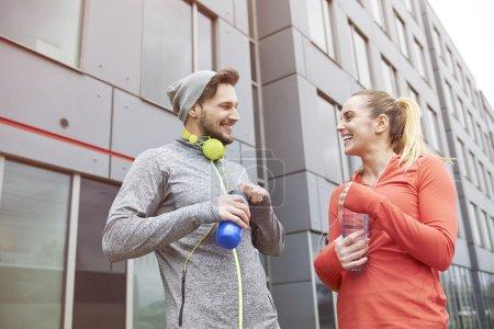 Photo pour Entraînement de couples de forme physique ensemble à l'extérieur le matin - image libre de droit