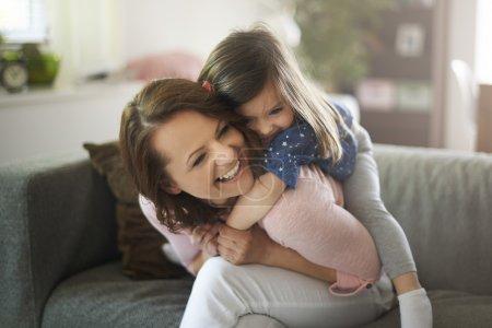 Photo pour Mère heureuse avec sa fille mignonne amusez-vous à la maison, ma fille me donne tellement de bonheur - image libre de droit