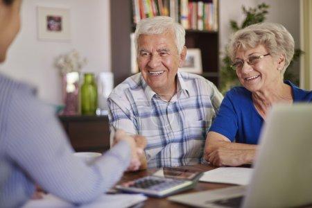 Heureux couple mature avec comptable