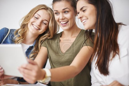 Photo pour Meilleurs amis prenant selfie sur téléphone mobile - image libre de droit