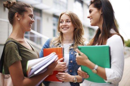 Photo pour Belles étudiantes sur le campus à l'université - image libre de droit