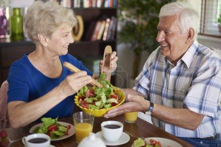Seniorenpaar frühstückt gesund