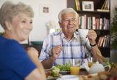 Starší pár spolu snídat