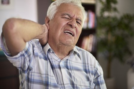 Hombre mayor sufre de dolor en el cuello